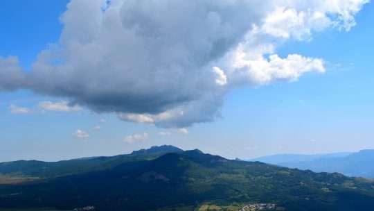 Per monti e cascate in cerca dell'equilibrio.